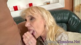 Blonde grandma gets tongued