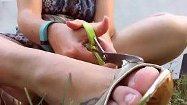 La tua mamma fetish distrugge un paio di sandali costosi con un paio di forbici in un giardino pubblico