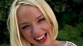 Missy Monroe a 19 ans, blonde et belle, elle gagne ses petits pains pour faire plaisir à nos hommes ... amusez-vous