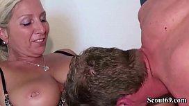 Jungspund mit Riesen Schwanz fickt geiler Milf in den Arsch