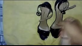 Amigo gozando no sapato da sua esposa!  Tes&atilde_o