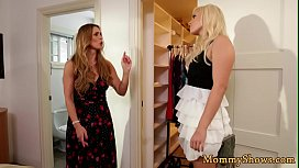Les MILF fingers and rims her stepdaughter