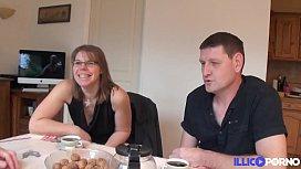 Val&eacute_rie et St&eacute_phane, couple libertin, invite un inconnu pour un plan &agrave_ trois