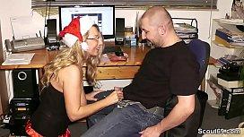 Geile MILF ueberascht ihn auf der Weihnachtsfeier mit Fick