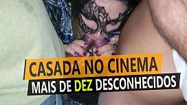 Casada no cinema com mais de dez homens desconhecidos, grupal com estranhos na frente do corno do marido - Cristina Almeida - Kratos Parte 2\/4
