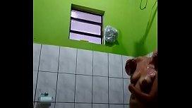 Novinha brasileira tomando banho