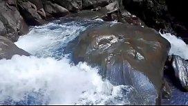 Lilyan se da un chapuz&oacute_n muy atrevido al borde de una cascada