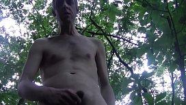 In un parco non disturbo e senza imbarazzo resto nudo_ apro un varco, mi masturbo e con il cazzo presto non deludo!