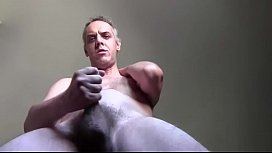 Sono nudo e sborro masturbandomi perch&eacute_ non trovo un buco da ciulare   azione rallentata!