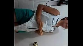 Chilena me baila en el ba&ntilde_o mientras se desnuda