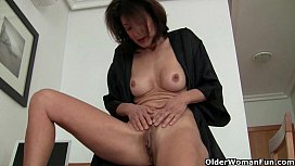 Grandma doesn'_t shave her old pussy