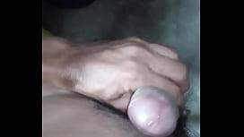 Masturbandome un poco, se me para bien firme...
