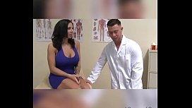 Doctor examina a pacienta y termina cogiendola