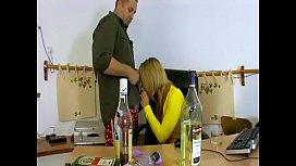 Fellation Premier porno pour une jeune blonde coquine