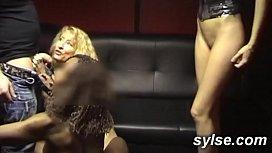 french milfs en club , exhib au sexshop et lesbiennes fist - gode dans les champs