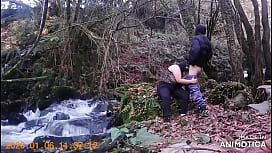 Mira como se la follan en el bosque