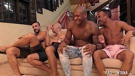 Brasileira em gang bang com homens dotados