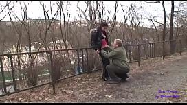 Un uomo maturo vede una giovane puttana da sola che vuole scopare con lui nel parco