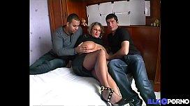 Lou, mature salope &agrave_ forte poitrine baise deux jeunes