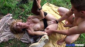Bonne cougar blonde et bien mature baisée dans un champ [Full Video]