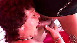 Die Anke und der Uwe verlassen mal die Stube, er zeigt ihr seinen Dicken..darauf reimt sich