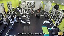 HUNT4K. Naiver Fitness-Hase hat Sex mit reichen M&auml_nnern anstatt zu trainieren