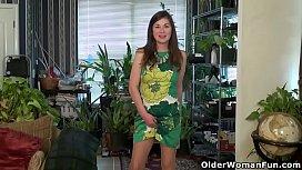 American milf Susana Moore lets us enjoy her hairy pussy