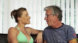 DADDY4K. Sexe avec son p&egrave_re apr&egrave_s la piscine