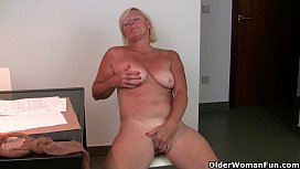At five o'_clock mom'_s pantyhose come down