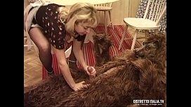 Sconosciuto vestito da lupo cattivo irrompe in villa e si chiava la cameriera