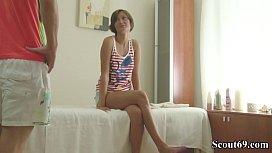 JUNGE SCHLANKE MAUS wird das erste Mal bei Massage gefickt