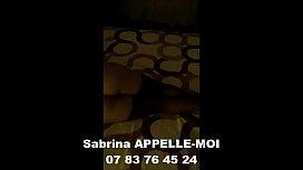 Brunettes Une jolie strip-teaseuse danse sur la barre d'_Atila