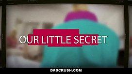DadCrush Accidentalmente le manda DESNUDOS a su Padrastro - IncestTaboo mira este video y muchos m&aacute_s como este aqu&iacute_ https://adsurlink.com/sexgalaxy nuevos videos todos los d&iacute_as