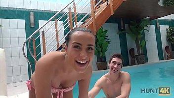 HUNT4K. Junge Böse Schlampe Saugt Schwanz Und Wird Am Pool Geknallt