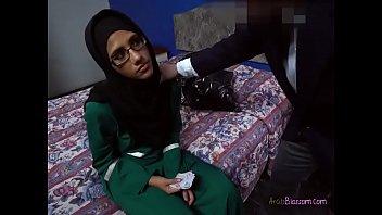 Desperate Arab Victoria Valencia Blows Men For Cash 5分钟