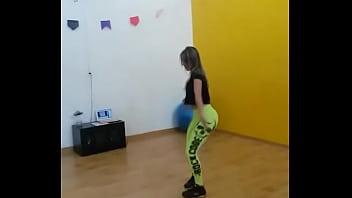 Carolzinha gostosa dancando