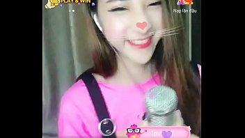 Pretty girl sings on Uplive livestream