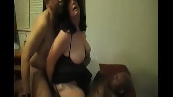 Esposa gordita cumple la fantasía de su esposo de hacer una doble penetracion con dos desconocidos