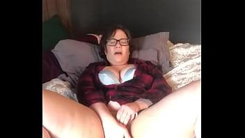 Jenni Kates играет игрушкой, чтобы заставить себя кончить и стонать