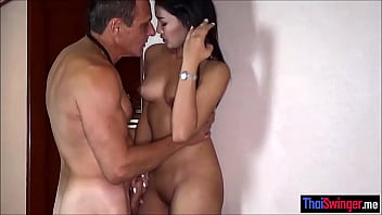 Older dude cheating with a hot asian Thai hooker 6分钟