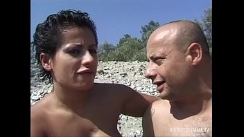 Pompini scopate ed inculate sulla spiaggia nudista 19分钟