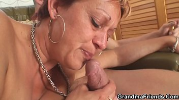 Interracial threesome sex with hot grandma 6分钟