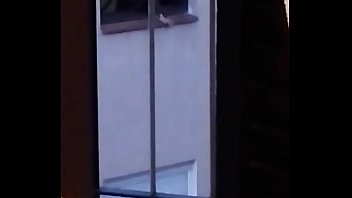 Exhibiciónista frente a la ventana