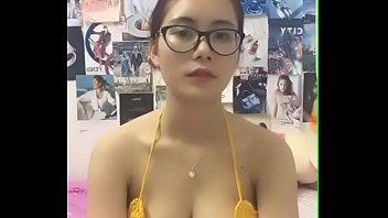 Clip sex Em Huyền vú bự xinh đẹp