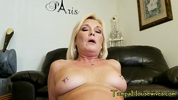 A Son Gets to Creampie His Mom TWICE 11分钟
