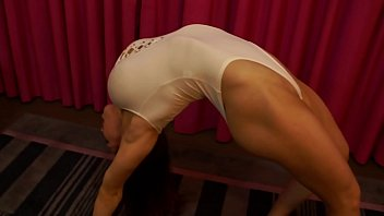 Female Bodybuilder Shows Off Flexibility 7分钟