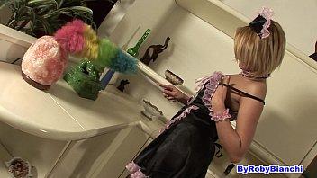 La cameriera pulisce anche il cazzo...