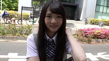 https://bit.ly/35oCmFC 非常可爱的日本平胸学校女生。 她尝试第一个色情视频。 起初,她很紧张,但渐渐变得更轻松和湿润了。  一个年轻的女孩变得毛骨悚然。