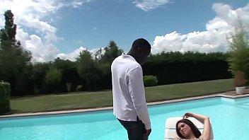 Tiffany Doll, baisée par une grosse queue noir au bord d'une piscine. thumbnail