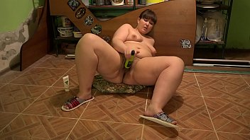 A bbw with a big ass in the pantry finds a bottle and masturbates with her. Oily hairy pussy gets pleasure. Vorschaubild